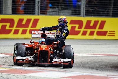 Фернандо Алонсо подвозит Марка Уэббера на Ferrari после финиша Гран-при Сингапура 2013