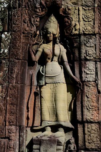 Świątynie kompleksu Angkor ozdobione są przez niezliczone płaskorzeźby. Wiele z nich to jedynie niedoskonałe repliki oryginałów, które nie dotrwały do współczesności.