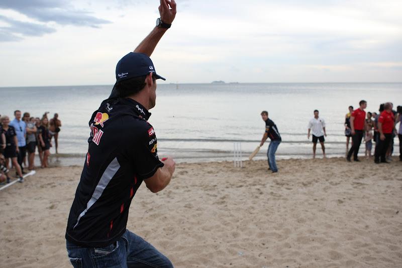 Марк Уэббер кидает мяч Себастьяну Феттелю на пляже в Мельбурне перед Гран-при Австралии 2012