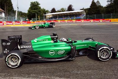 Андре Лоттерер и Маркус Эрикссон на Caterham едут в разные стороны на Гран-при Бельгии 2014