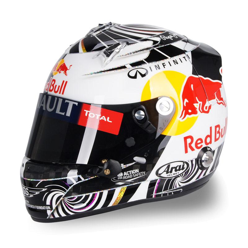 шлем Себастьяна Феттеля со спиральками на Гран-при Малайзии 2012 - вид слева