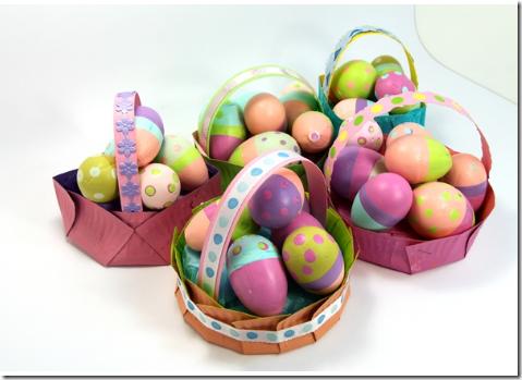 Canasta huevos de Pascua y huevos pintados