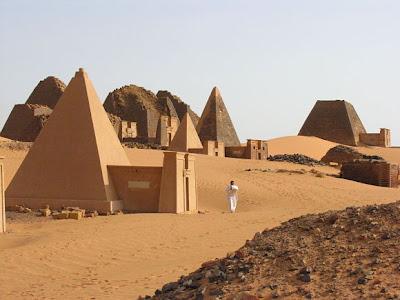 """Pirámides de la """"isla de Meroe"""". Bloques de arenisca dispuestos en hileras. Siglos III-IV a.C. Meroe, actual Suda?n."""