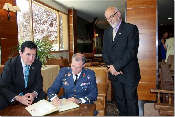 El coronel Cavo rubricando el libro de honor de la Cofradía
