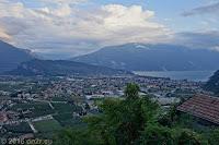 Riva del Garda mit dem Monte Brione.