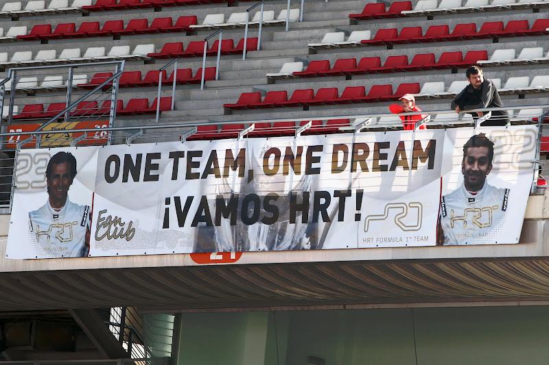 болельщики HRT поддерживают команду на трибунах Каталуньи на предсезонных тестах 2012 в Барселоне