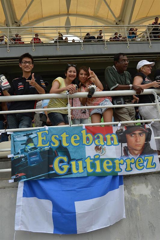 болельщики Эстебана Гутьерреса с баннером на трибунах Куала-Лумпура на Гран-при Малайзии 2013