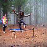 Amaya saltando el tronco