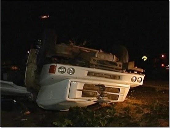 caminhão capota e motorista morre