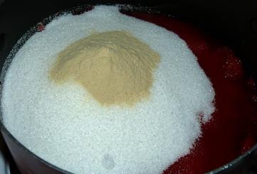Клубника засыпана сахаром и пектином