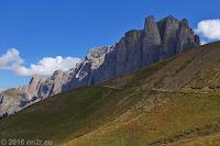 Auf dem Scheitel des Sellajoch (2244m). Das Sellamassiv.