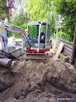 de palen zitten erin gevuld en al en dan kan het graven beginnen.