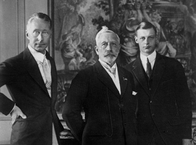 Bundesarchiv_Bild_102-01280,_Kaiser_Wilhelm_II._mit_Sohn_und_Enkel