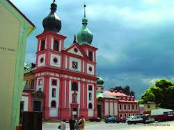 Za návštěvu stojítaké nedaleká obec Chlum Svaté Maří vzdálená 3 km západně od Dasnic. První zmínka o tomto poutním místu je z roku 1341. Kolem roku 1400 zde byl postaven kamenný kostel, poblíž kterého řád křižovníků s červenou hvězdou založil osadu. Stavba současného kostela byla dokončena začátkem 18. století. Od středověku dozačátku 2. světové války byl Chlum jedním z nejznámějších poutních místv Čechách.