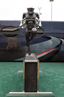 гоночная скульптура в паддоке Сильверстоуна на Гран-при Великобритании 2014