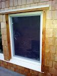 Loga apdare no brāļa pirtsmājiņas. Pēc šīs analoģijas es domāju ar collīgajiem dēļiem apdarināt arī savas mājas logu ailas.