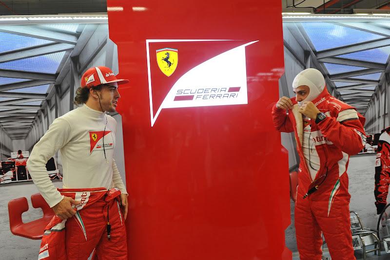 Фернандо Алонсо и Фелипе Масса в гараже Ferrari на Гран-при Сингапура 2011