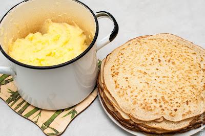 тонкие блинчики и картофельное пюре