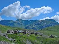 """Kurz nach dem Col de la Bonette (2715 m) der Col de Raspaillon (2513 m) und die alten Militärunterkünfte """"Camp des fourches""""."""