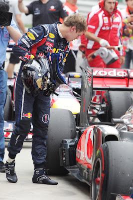 Себастьян Феттель приглядывается к болиду McLaren после квалификации на Гран-при Кореи 2011