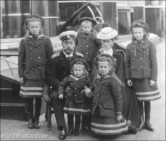 The Russian Czar Nicholas II with his family, from left: Olga, Nicholas II, Anastasia, Tsarevich Alexei, Tatiana, the Czarina Alexandra, Maria.