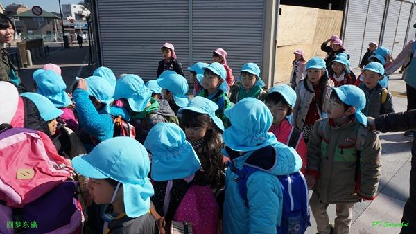 一群小孩被老师带着