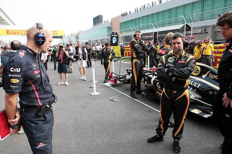 Эдриан Ньюи разглядывает болид Ferrari на стартовой решетке Гран-при Кореи 2012