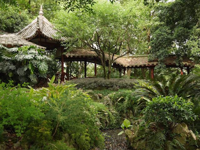 covered walkway behind Kaihua Temple in Fuzhou