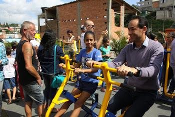 Mais 1 espaço revitalizado: Chico Brito inaugura praça Maria Reni