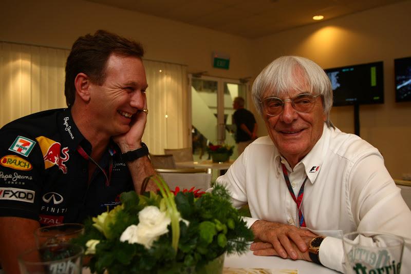 Кристиан Хорнер и Берни Экклстоун смеются во время интервью во время гоночного уикэнда Гран-при Сингапура 2011