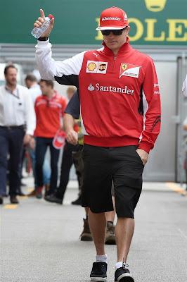 Кими Райкконен с бутылкой воды идет по паддоку Гран-при Монако 2014