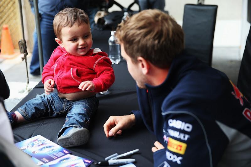 Себастьян Феттель и ребенок на автограф-сессии Гран-при Канады 2013