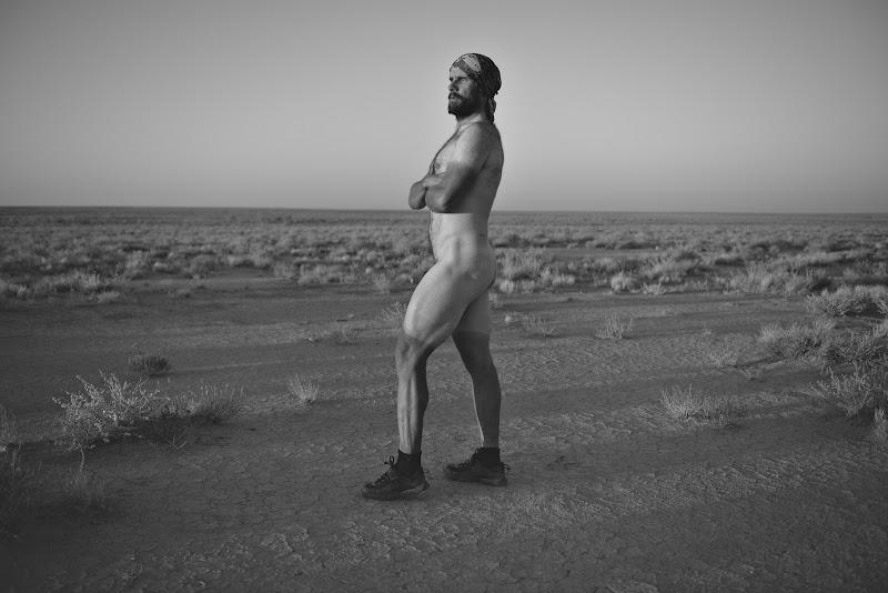 Atunci cand biciclesti 1000 de kilometri prin desert se intampla lucruri si cu linia bronzului si cu picioarele ciclistului.