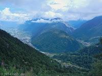 Hinauf auf der Ostrampe des Col de la Forclaz (1526 m). Ein sehr beeindruckender Rückblick. Links liegt Martigny im Rhonetal. Die Bildmitte zeigt den Bergrücken des La Crevasse (1808 m). Das Tal rechts durchfließt die Dranse, ein Nebenfluss der Rhone.