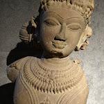 Etre céleste (vidyadhara?). Madhya Pradesh (?). 11e s. Grès. MA 12140.