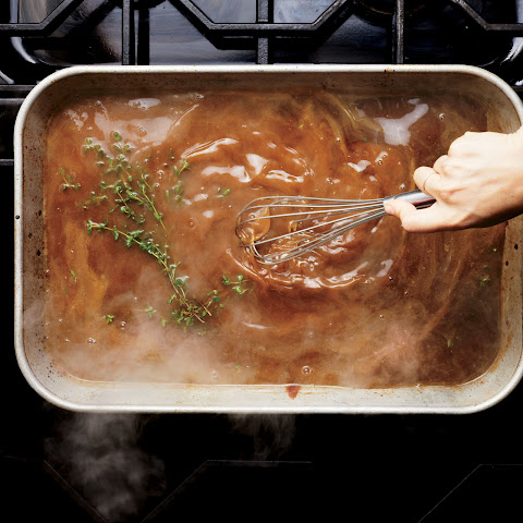 Classic Turkey Gravy with Thyme