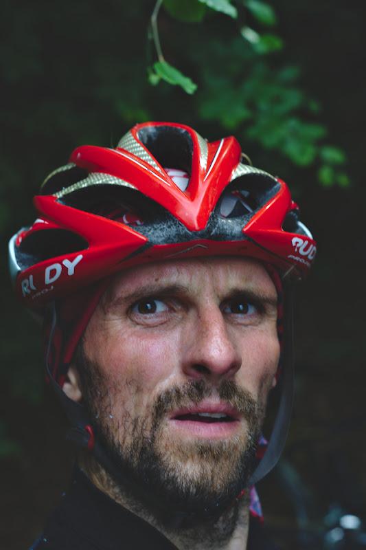 Atacul mustelor si groaza intiparita pe fata biciclistului.