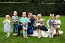 Alle neefjes en nichtjes op de foto met het bruidspaar