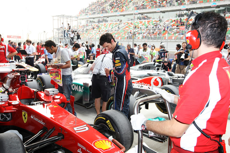 Марк Уэббер рядом с болидом Ferrari после квалификации на Гран-при Индии 2011