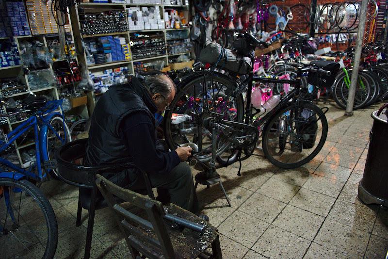 Diksan bisiklet si incercarea de a indrepta roata spate.