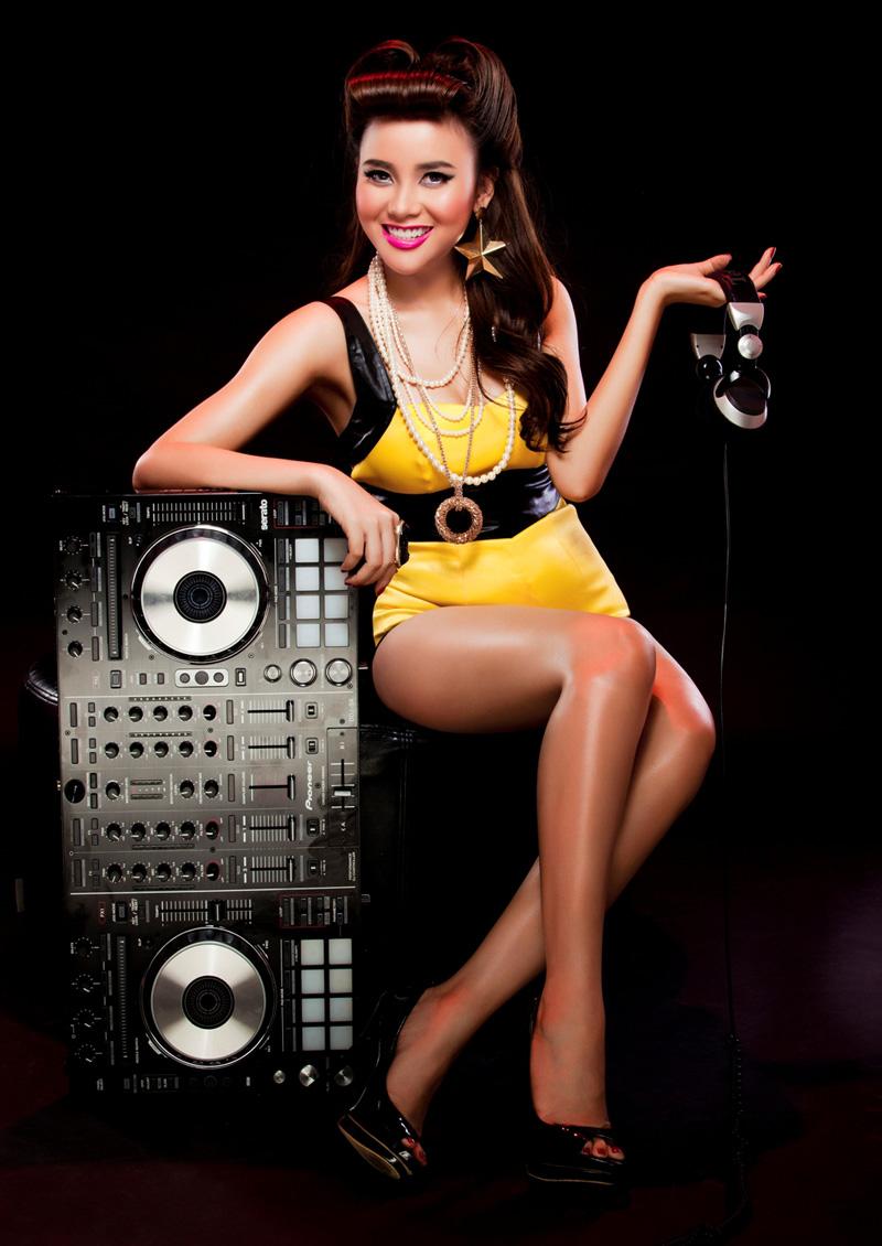 DJ Myno quyến rũ trong ảnh quảng bá 2U