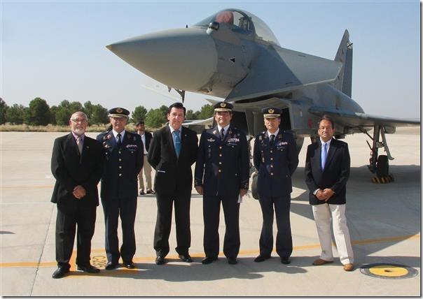 La Comisión de nuestra Cofradía con el General Gómez Rojo y los coroneles Cavo y Nieto ante un avión Eurofighter