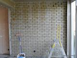 Kalkzandsteen muur voorgestreken met gele voorstrijk