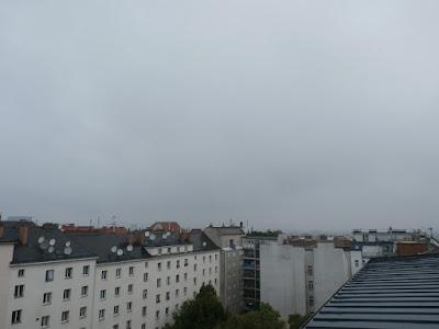 Wolkenverhangen und verregnet zeigt sich die Stadt um 8:15 Uhr bei nur 14,6°C