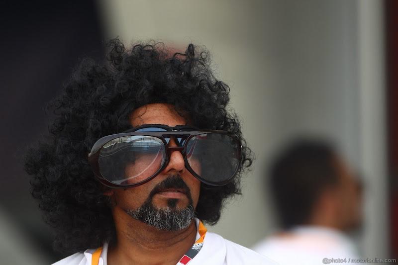 бородатый мужик в огромных очках на Гран-при Бахрейна 2012