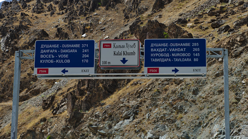 Un indicator nou pentru o autostrada veche, inca putin pana in Dushanbe.