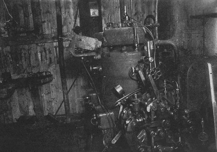 Cuarto de maquinas del VIRGEN DEL CORO con el Bolinders en primer plano. De la revista Navegación. Año 1919.jpg