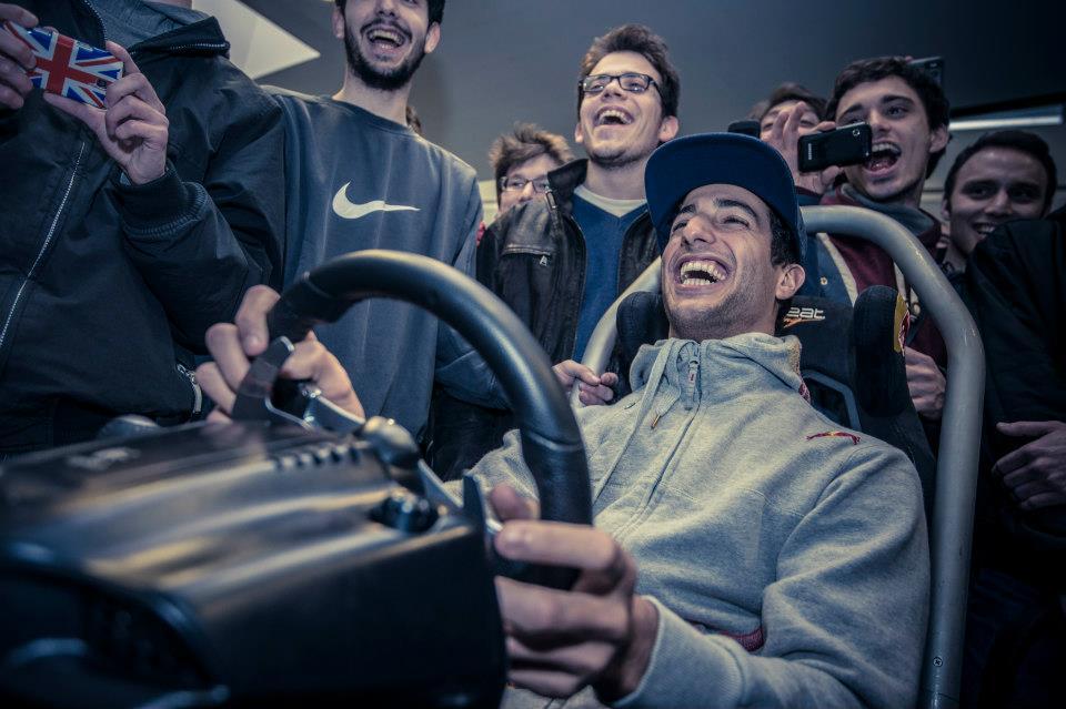 Даниэль Риккардо за рулем гоночного симулятора в Миланском техническом университете 27 марта 2013