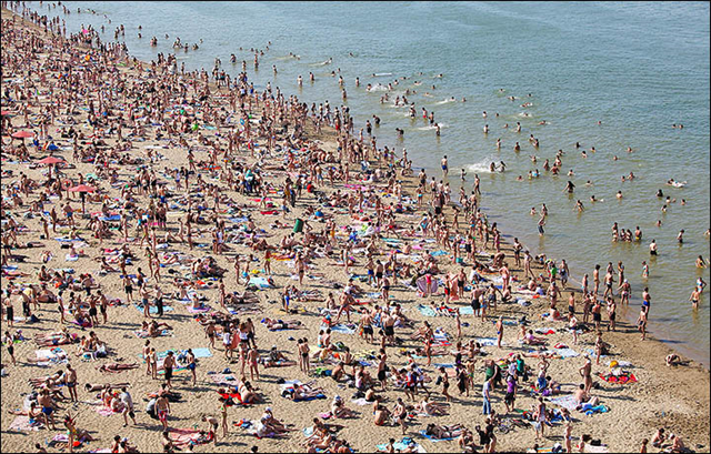 A beaches in Novosibirsk, 4 July 2015. Weather experts said that Siberia, along with some other Russian regions, was between 4C and 6C hotter than usual in June. Photo: Vera Salnitskaya
