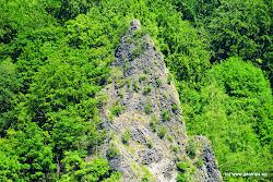 Nejlepší výhled na ni budete mít z pravého břehu. Přírodního parku Stráž nad Ohří.